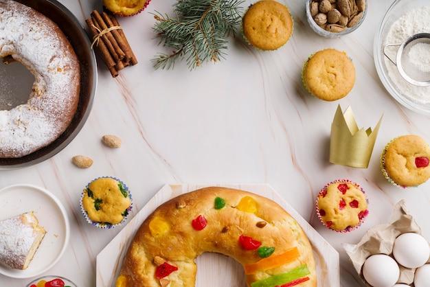 Mise à plat du dessert du jour de l'épiphanie avec couronne et cannelle