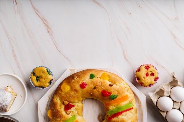 Mise à plat du dessert du jour de l'épiphanie avec des ingrédients et de l'espace de copie