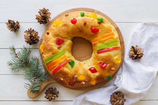 Mise à plat du dessert du jour de l'épiphanie avec des pommes de pin