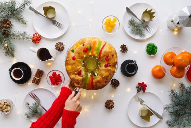 Mise à plat du dessert du jour de l'épiphanie sur la table avec des fruits et de la couronne