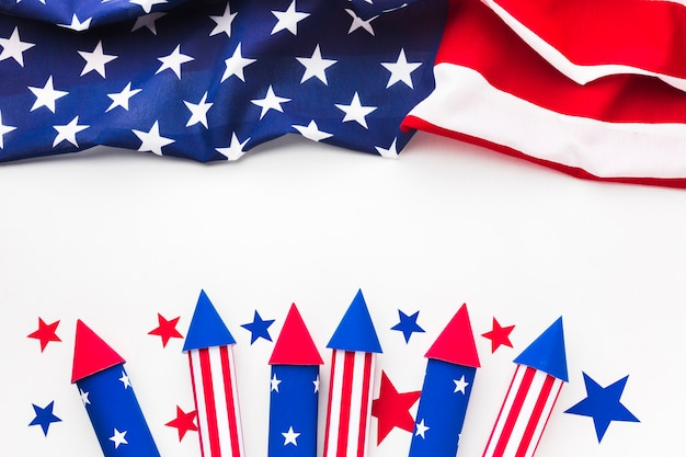 Mise à plat du drapeau américain avec feux d'artifice le jour de l'indépendance