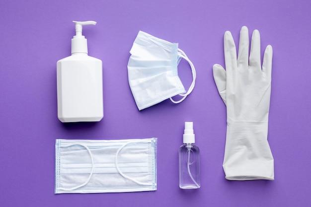 Mise à plat du gant avec masques médicaux et bouteille de savon liquide