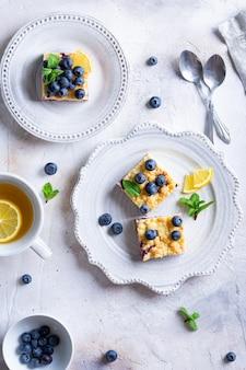 Mise à plat du gâteau aux myrtilles et fromage cottage