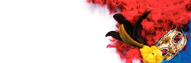 Mise à plat du masque de carnaval avec des plumes et copie espace