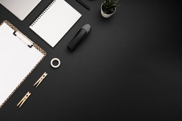 Mise à plat du poste de travail avec espace de copie et agrafeuse