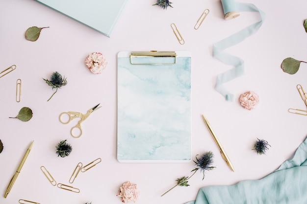 Mise à plat du presse-papiers, boutons de rose, eucalyptus sur rose pâle