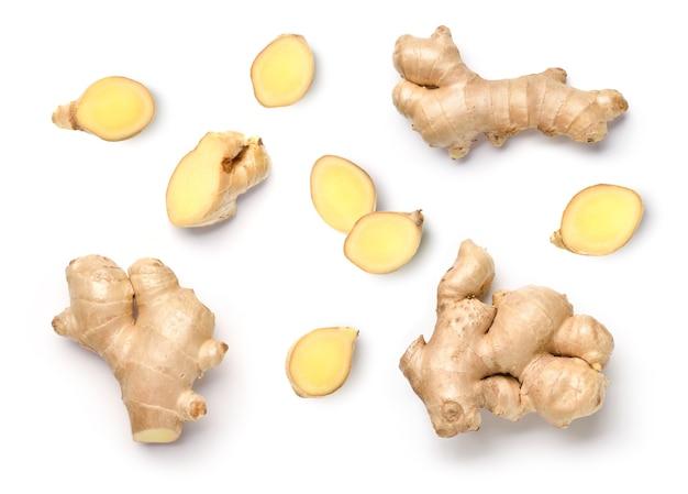 Mise à plat du rhizome de gingembre frais avec des tranches isolées sur fond blanc.