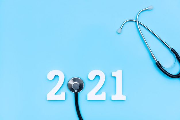 Mise à plat du stéthoscope et numéro sur fond bleu concept médical de santé copie espace vue de dessus