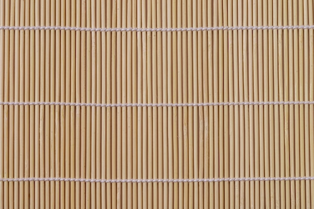 Mise à plat du tapis de table en bambou