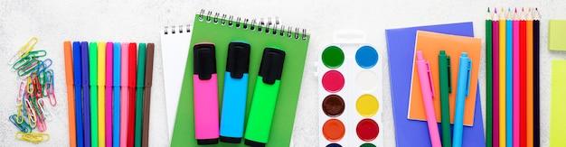 Mise à plat des éléments essentiels de l'école avec des crayons