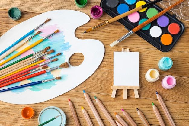 Mise à plat des éléments essentiels de la peinture avec chevalet et palette