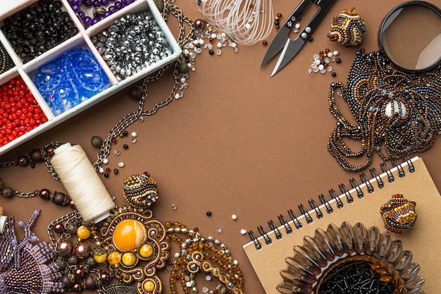 Mise à plat des éléments essentiels pour le travail des perles avec des ciseaux et un ordinateur portable
