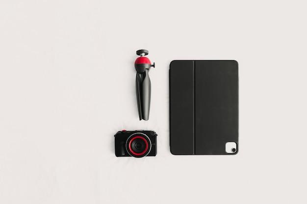 Mise à plat des équipements numériques de la tablette et du trépied de l'appareil photo