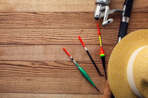 Mise à plat des essentiels de pêche avec chapeau et espace copie