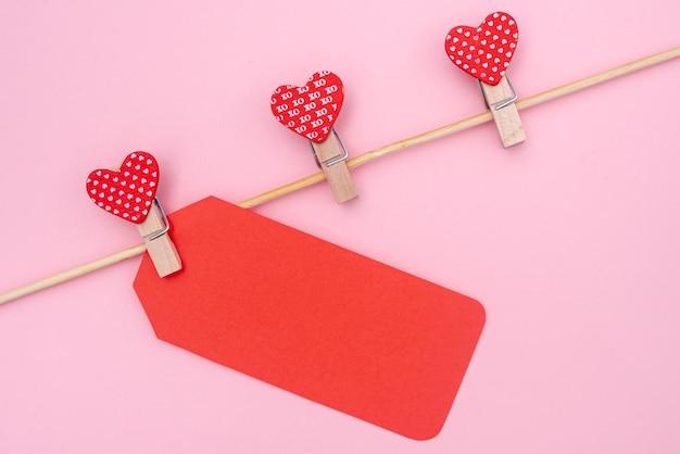 Mise à plat d'étiquette et de coeurs pour la saint-valentin