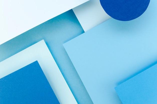 Mise à plat de feuilles de papier colorées avec des formes