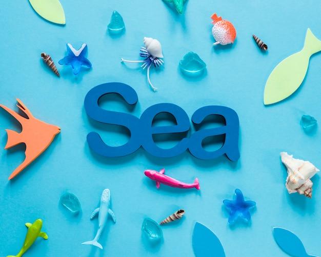 Mise à plat de figurines de poisson avec la mer