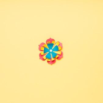 Mise à plat de fleur en papier multicolore pour le printemps