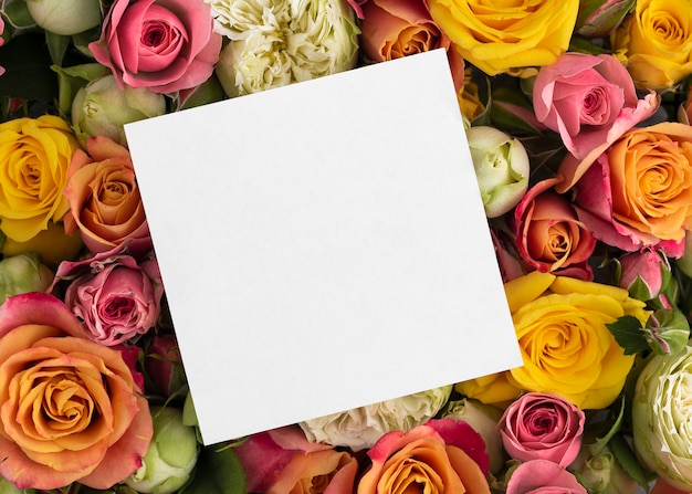 Mise à plat de fleurs magnifiquement fleuries avec carte vierge