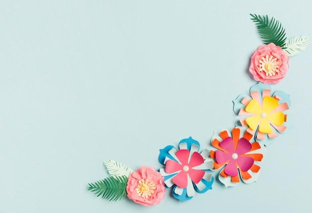 Mise à plat de fleurs de printemps en papier coloré