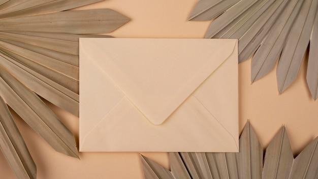 Mise à plat de formes de papier monochromes avec enveloppe