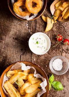 Mise à plat de frites avec sauce spéciale et sel