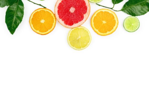 Mise à plat avec des fruits exotiques sur fond blanc, vue de dessus.