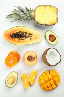 Mise à plat avec des fruits exotiques sur fond blanc.