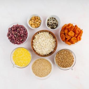 Mise à plat de fruits et légumes secs dans un bol