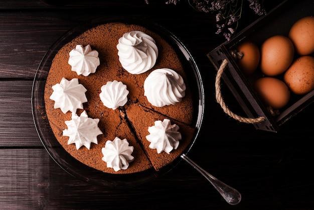 Mise à plat de gâteau avec glaçage et œufs