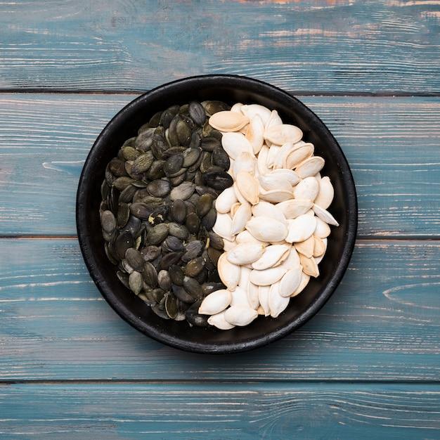 Mise à plat de graines de citrouille sur table en bois