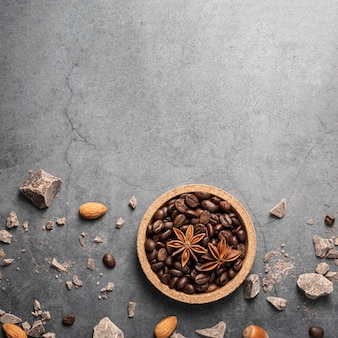 Mise à plat des grains de café sur planche de bois avec espace copie