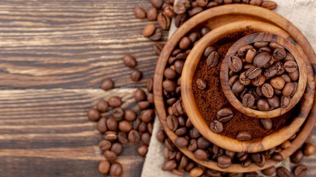 Mise à plat de grains de café sur une table en bois
