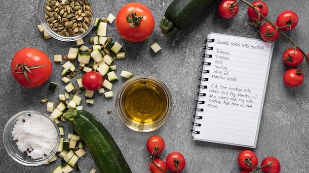 Mise à plat des ingrédients alimentaires avec cahier et légumes