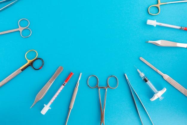 Mise à plat d'instruments médicaux sur une surface bleue