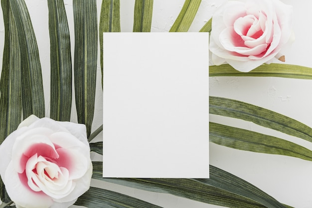 Mise à plat de l'invitation de mariage avec concept floral