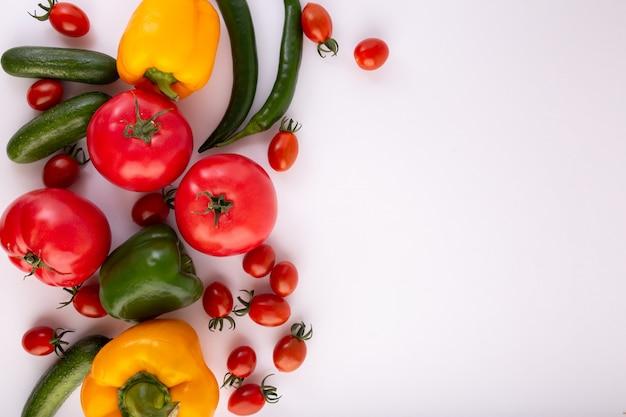 Mise à plat de légumes colorés de légumes à salade sur fond blanc