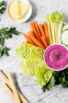Mise à plat de légumes et sauce rose avec grissini