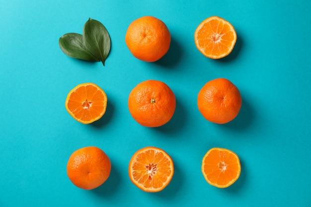 Mise à plat avec des mandarines sur fond turquoise, vue de dessus