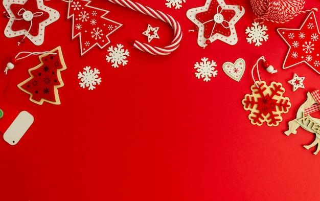 Mise à plat de la maquette élégante de noël rouge décorée de décoration de noël et de canne à sucre