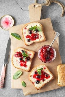 Mise à plat avec marmelade de pamplemousse avec plateau de baies.