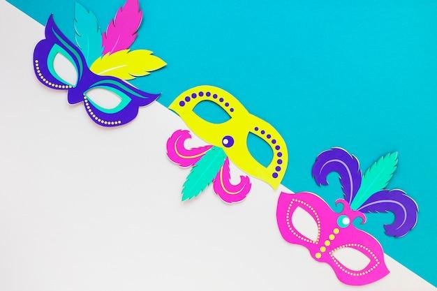 Mise à plat de masques colorés pour le carnaval