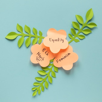 Mise à plat de messages sur des notes autocollantes en forme de fleurs pour la journée de la femme