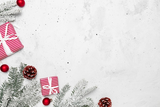 Mise à plat de noël et du nouvel an avec deux coffrets cadeaux rouges et blancs, vue de dessus