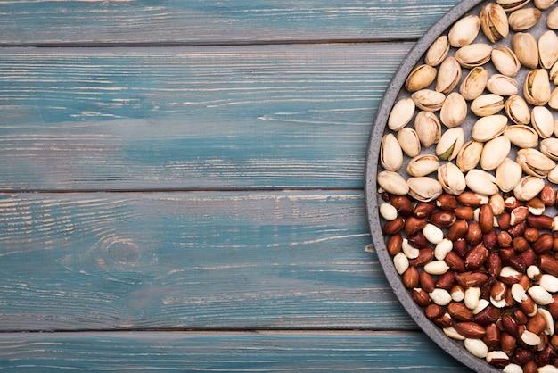 Mise à plat de noix sur une table en bois avec espace copie
