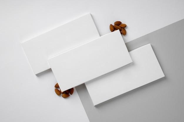 Mise à plat de nombreux emballages de barres de chocolat avec des noix