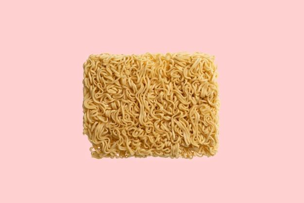 Une Mise à Plat De Nouilles De Restauration Rapide Spaghetti Vue De Dessus Isolée Photo Premium