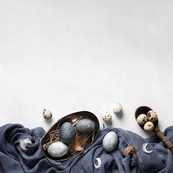 Mise à plat d'oeufs de pâques avec espace copie et textile