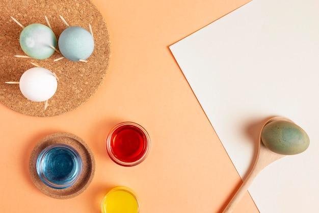 Mise à plat d'oeufs de pâques peints avec colorant