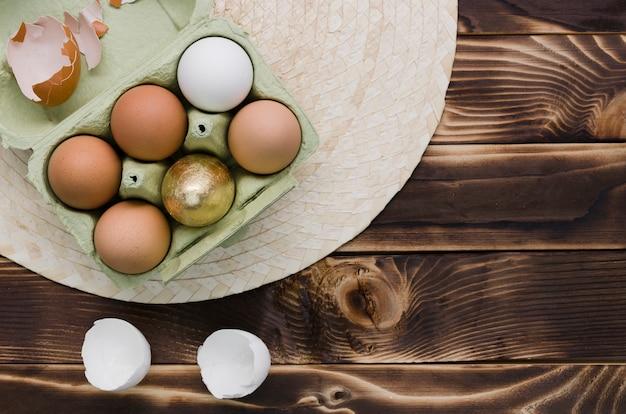 Mise à plat d'oeufs pour pâques dans un carton sur napperon